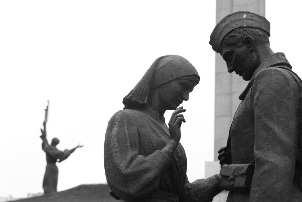 Pomnik sowieckiego żołnierza i żegnającej go kobiety