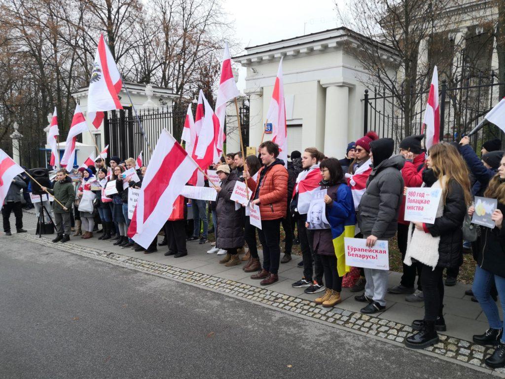 Białorusini protestują przeciwko integracji pod ambasadą Rosji w Warszawie