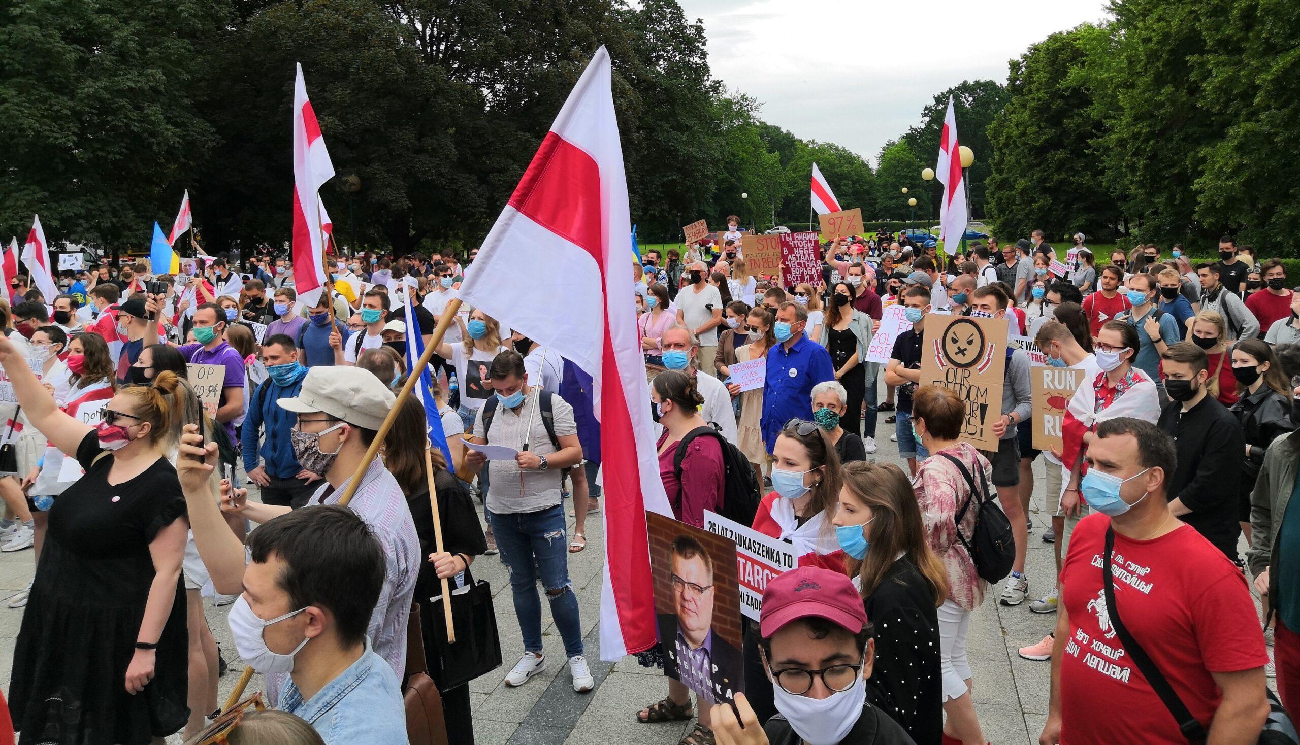 Białoruski protest i żywy łancuch w Warszawie przeciwko Łukaszence. Spłonęła rosyjska flaga.
