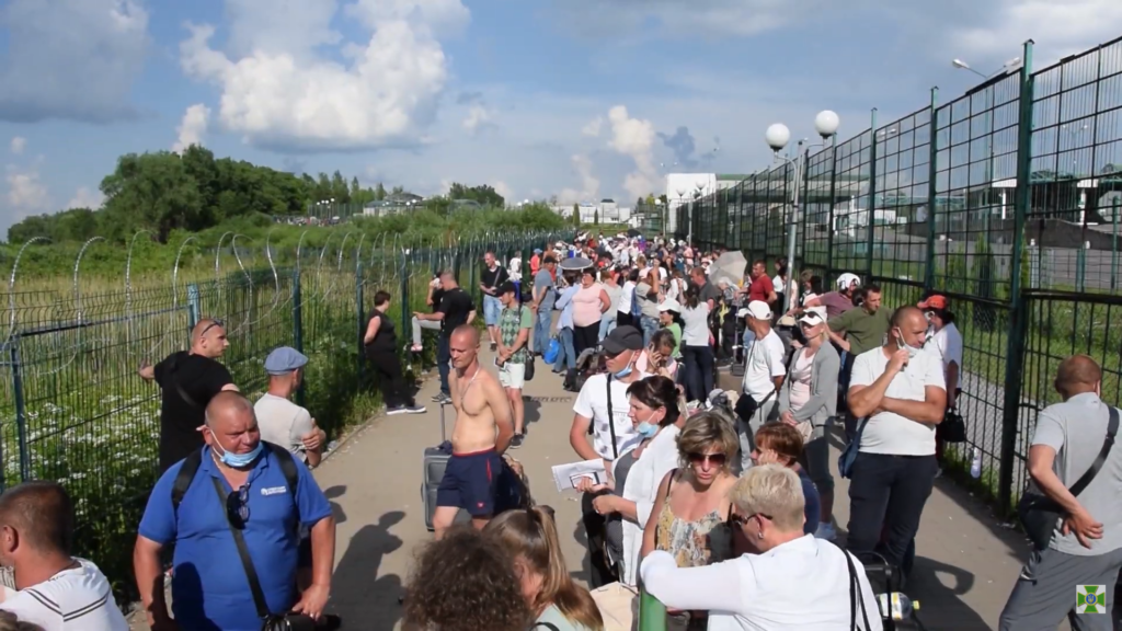 Na przejściu Medyka-Szeginie w weekend stały setki osób oczekujących na kontrolę paszportową po stronie polskiej