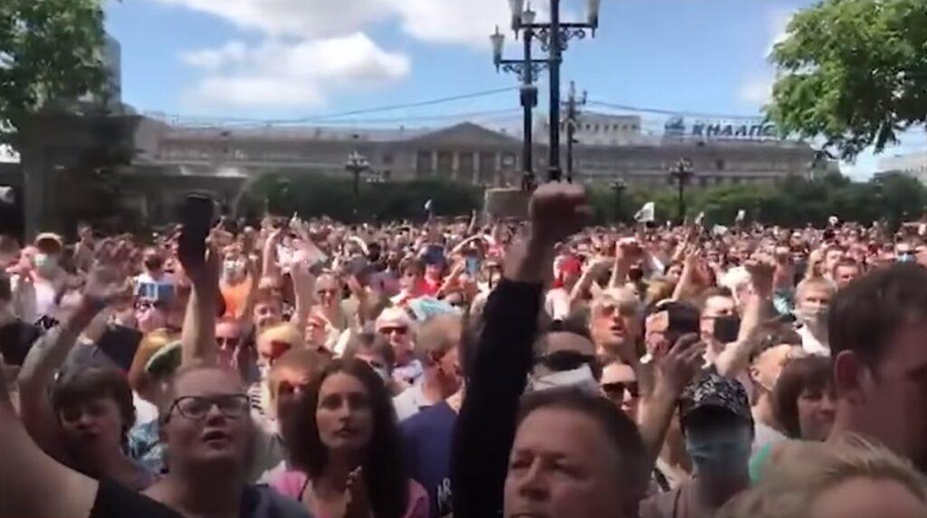 Protest w Chabarowsku zebrał ok. 30000 ludzi [fot. youtube.com; Sasha Sotnik]