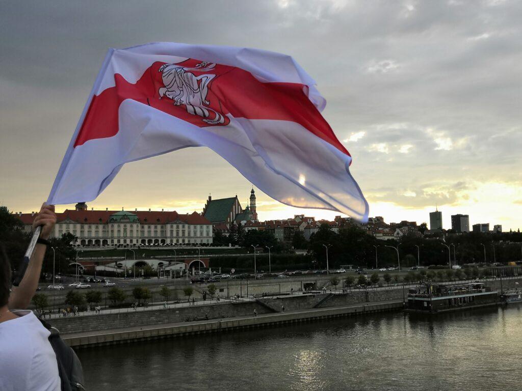 Biało czerwono biała flaga na moście Śląsko Dąbrowskim w Warszawie