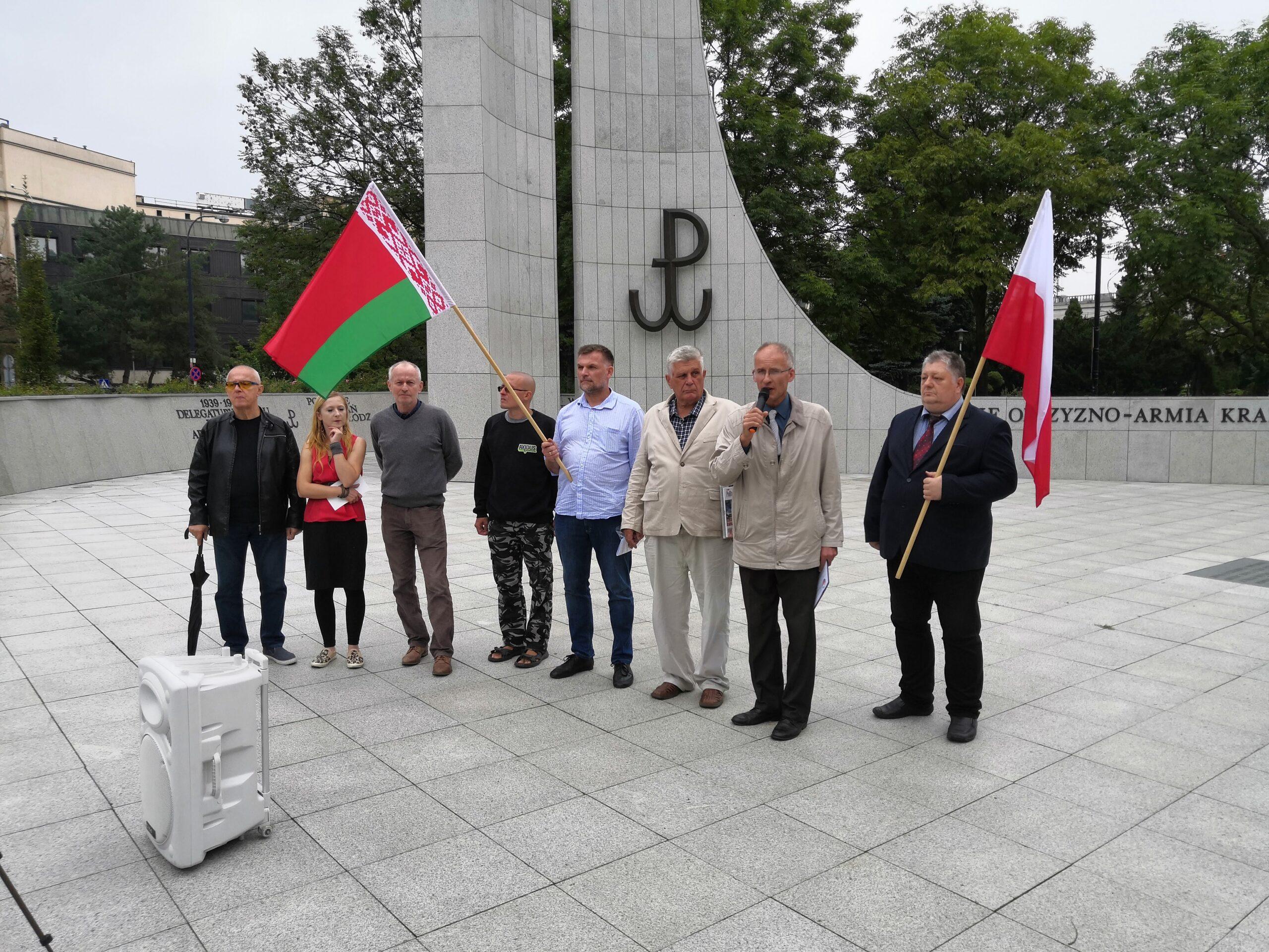 """Protest w obronie Łukaszenki w Warszawie. """"Białorusini nie dajcie się zniewolić"""""""